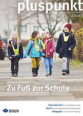 """Cover vom pluspunkt 2/2018 mit dem Thema """"Zu Fuß zur Schule"""" zeigt vier Kinder zu Fuß auf dem Weg zur Schule."""
