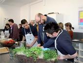 In der Übungsküche kochen die Schülerinnen und Schüler ihre eigenen Gerichte und lernen viel über gesunde Ernährung.