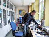 Für jeden Kollegen gibt es einen Computer mit Internet- und Druckeranschluss. In jedem Raum befindet sich ein Telefon. Fotos: Eva Neumann