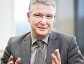 Portrait von Thorgai Wilmsmann. Er leitet das Homburgische Gymnasium in Nümbrecht. Die Schule wurde 2017 mit dem Schulentwicklungspreis der Unfallkasse Nordrhein-Westfalen ausgezeichnet.