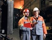 Lehrer Konrad Sems ist mit Ausbildungsleiterin Heidi Warnecke im Stahlwerk unterwegs. Sens unterrichtet an der Hamburger Stadtteilschule Stübenhofer Weg Mathe, Physik und Sport.