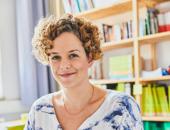 Portrait von Katrin Steinberger. Sie ist Koordinatorin für Schulsozialarbeit an der Hamburger Stadtteilschule am Hafen.