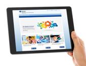 Eine Hand hält ein Tablet, auf dem der Digitale Lernraum der DGUV angezeigt wird.