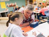 Schulleiterin Angela Harting unterstützt zwei Kinder bei dem Programm MindMatters in der Grundschule Lütau.