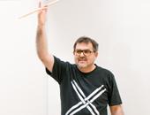 Portrait von Franco Kratzenstein. Er ist blind und taub und unterrichtet freiberuflich Schlagzeug.