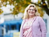 Portrait von Beate Waldmann. Sie ist Büroleiterin der Hermann-Ehlers-Schule in Wiesbaden.