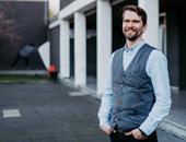 Portrait von Jörg Kramp. Er ist Fachkraft für Schulsozialarbeit am Weiterbildungskolleg Emscher-Lippe.
